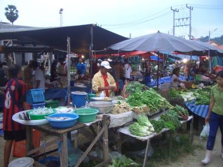 Wochenmarkt für Einheimische - Wochenmarkt