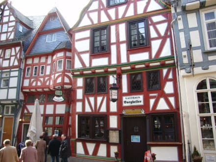 """Straßenseite mit Eingang """"Zum Burgkeller"""" - Restaurant Zum Burgkeller"""