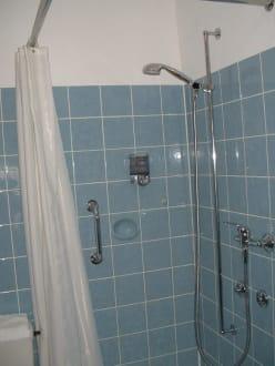 die dusche mit duschvorhang bei 4 sterne bild hotel krone igelsberg in freudenstadt baden. Black Bedroom Furniture Sets. Home Design Ideas