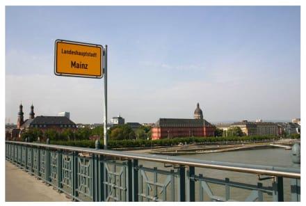 Stadtgrenze zwischen Mainz und Wiesbaden - Theodor-Heuss-Brücke
