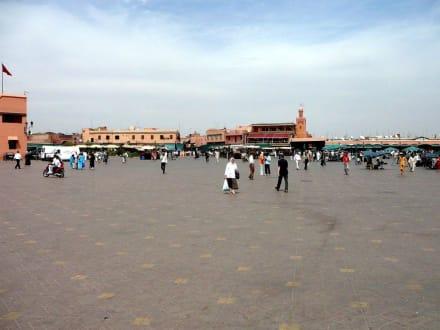 Blick auf den Bekannten Platz - Place Djemaa el Fna