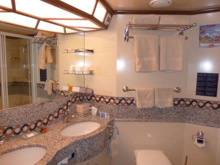 Grosses Badezimmer mit WC und Badewanne mit Whirlpool\
