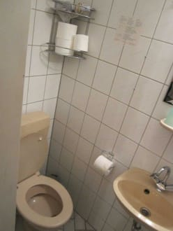 kleines und dreckiges badezimmer bild hotel pension haubach central in berlin charlottenburg. Black Bedroom Furniture Sets. Home Design Ideas