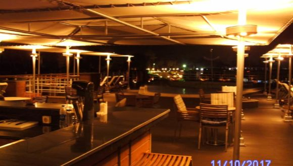 Deck mit Pool bei Nacht