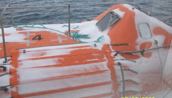 Rettungsboote im Winter