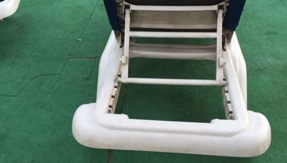 Liegestuhl von unten schwarz vor Dreck