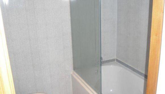 Badezimmer der Kabine, Sicht zur Badewanne.