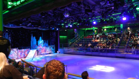 "Eislaufbahn mit Show ala ""Holiday on Ice"""