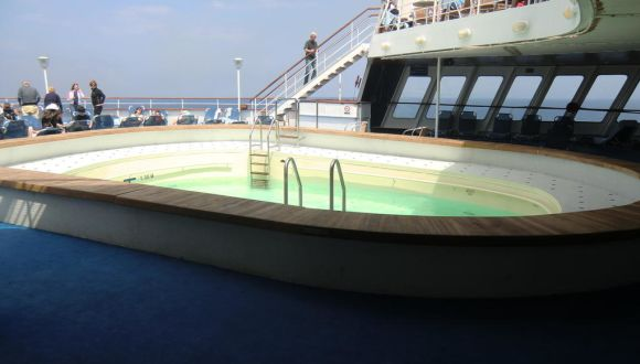 Ein sehr kleiner und einziger Pool an Bord