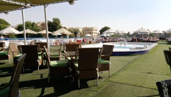 Sonnendeck mit Pool