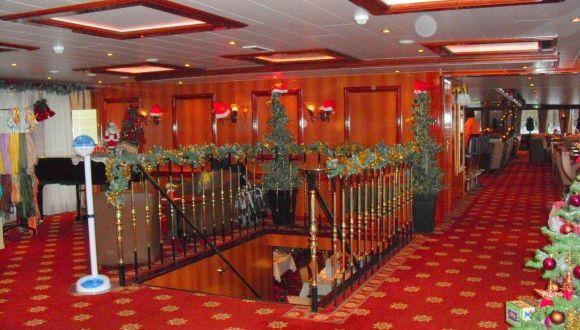 Abgang zum Restaurant, rechts der Salon
