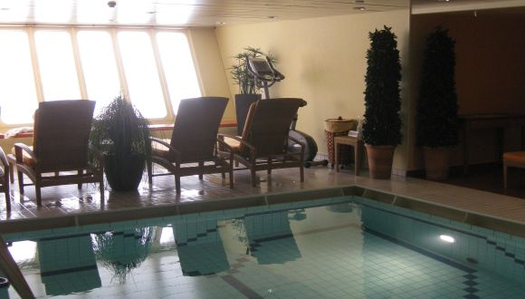 Pool mit großer Fensterfront