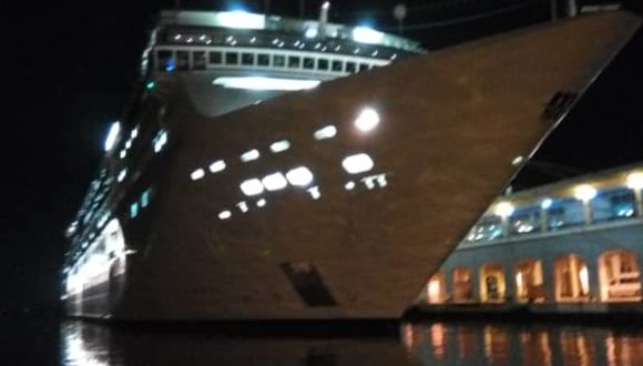 MSC Opera bei Nacht im Hafen von Havanna