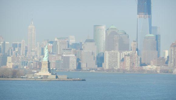 Verlassen des Hafens. Blick auf Skyline Manhattans