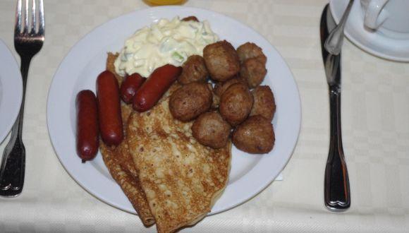 Leckeres Frühstück mit Pfannkuchen und Kjettboller