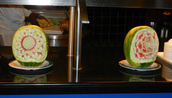 Schnitzereien aus einer Wassermelone