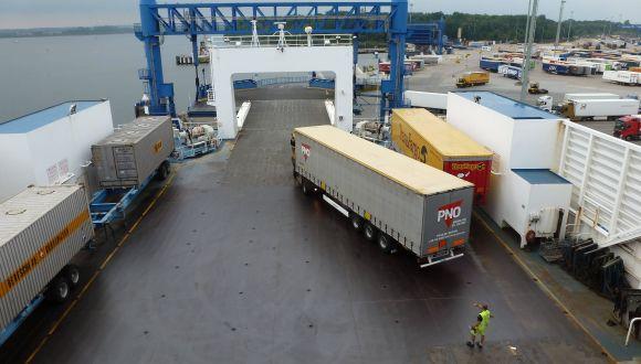 LKW werden verladen