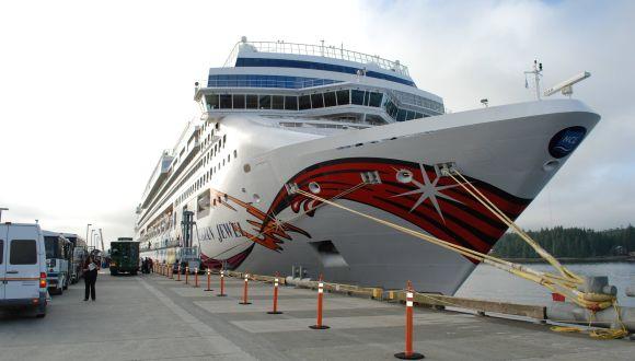 Norwegian Jewel im Hafen vor Alaska