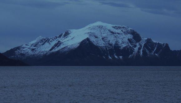 Norwegens Küstenberge im Dämmerlicht des Polartags