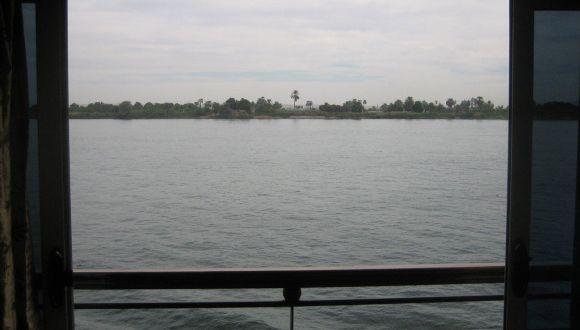Bei geöffneter Kabine gleiten wir über den Nil
