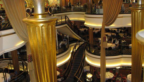 Blick in das 3-stöckige Hauptrestaurant