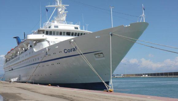 Die Coral im Hafen von vorn