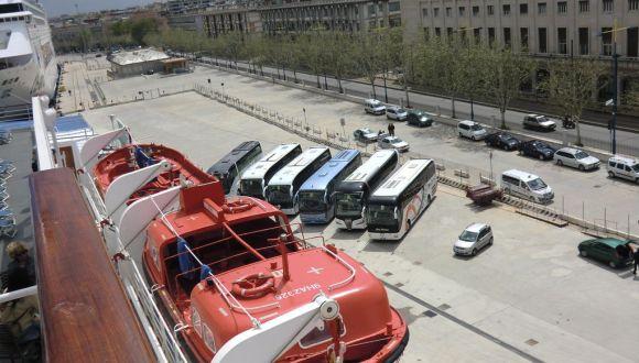Die Ausflugsbusse warten im Hafen von Messina