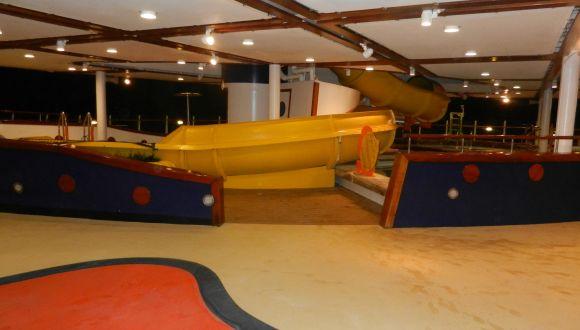 Kinderbereich, Rutsche mit Pool