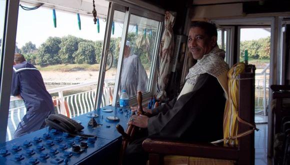 Bootsführer auf der Brücke