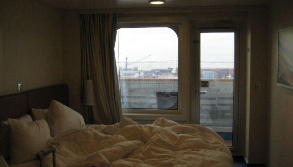 Bett mit Blick auf den Balkon