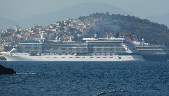 Meerblick mit Kreuzfahrtschiff
