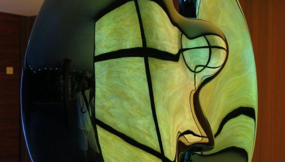 Lichtreflex auf einer Skulptur
