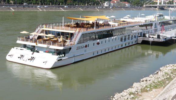 Blick vo der Donaubrücke aufs Schiff
