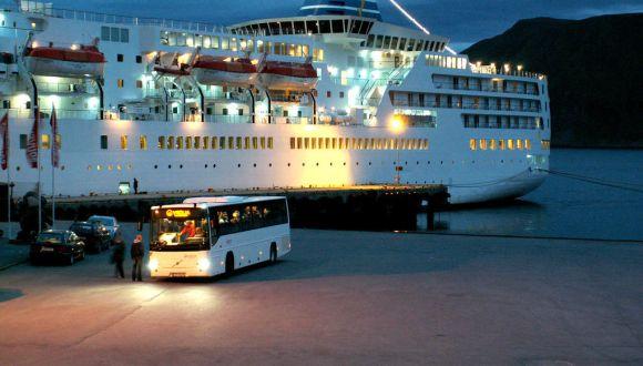 Delphin Voyager abends im Hafen
