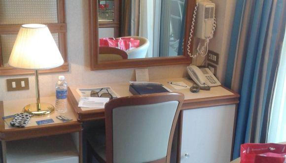 Kleiner Tisch mit Spiegel