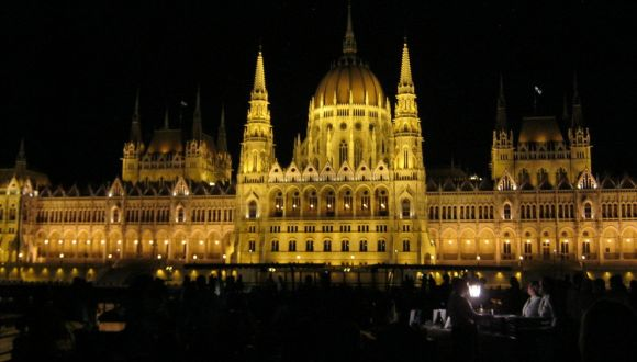 Parlament bei Nachtrundfahrt