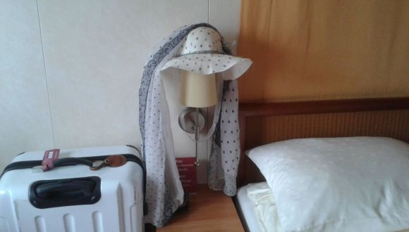 Bett mit Hut