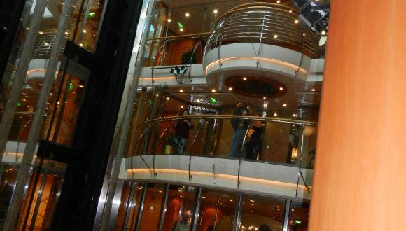 Im Innenraum des Schiffes, die verschiedenen Decks